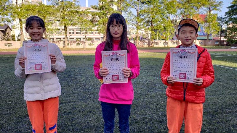 校內語文競賽,寫字第三名,英語朗讀第二、三名