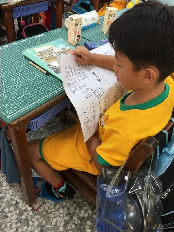 陳昕小朋友~每天早自習做完功課後,總是會自動自發多唸讀注音本,所以他的注音符號也越來越進步囉!