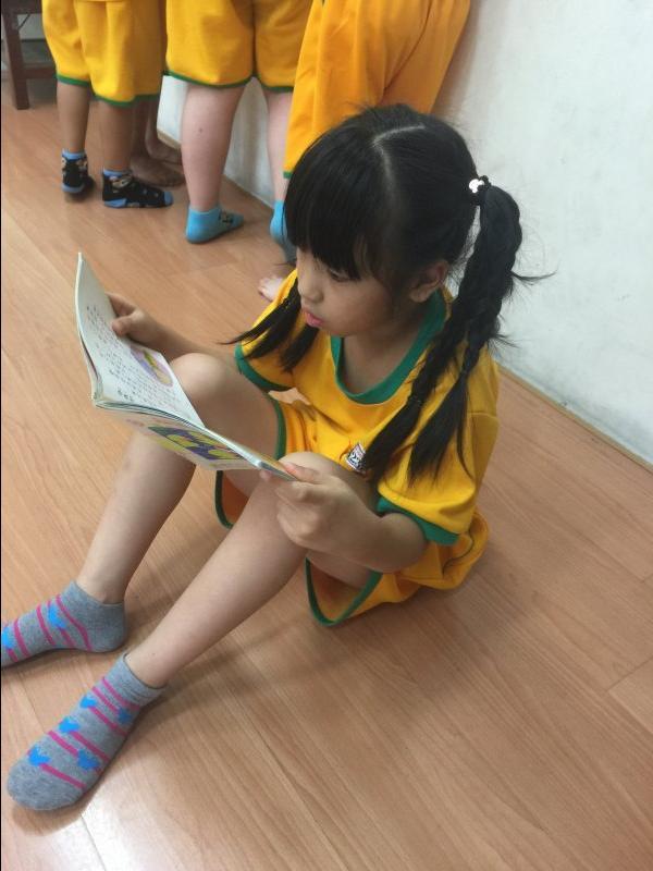 依紜小朋友~在下課時常常看到她很認真在閱讀角看書喔!