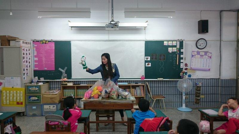 老師介紹分享自己帶來的各種玩具