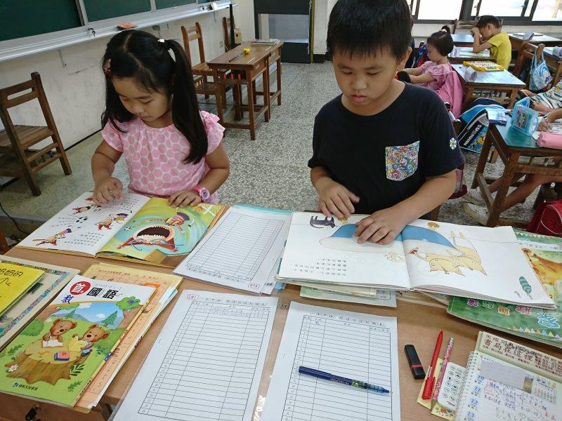 自己讀故事給老師聽