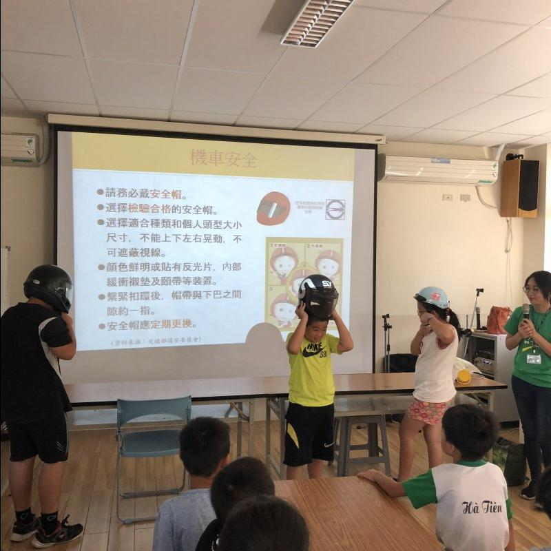 同學示範如何戴安全帽