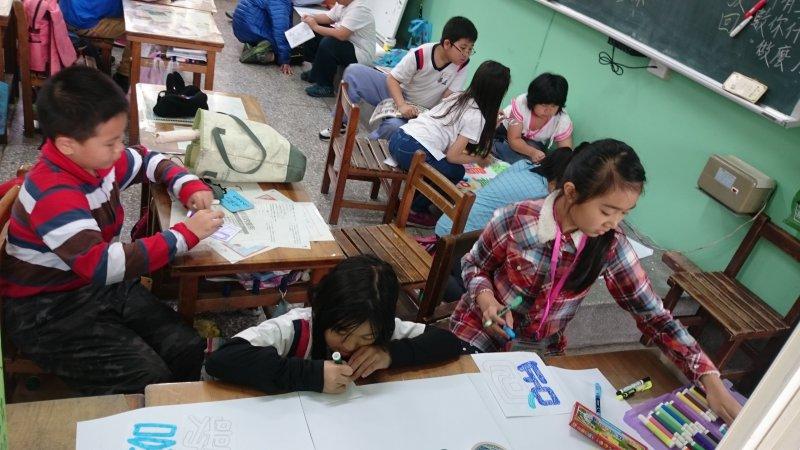 學生參與各組海報設計一景.jpg
