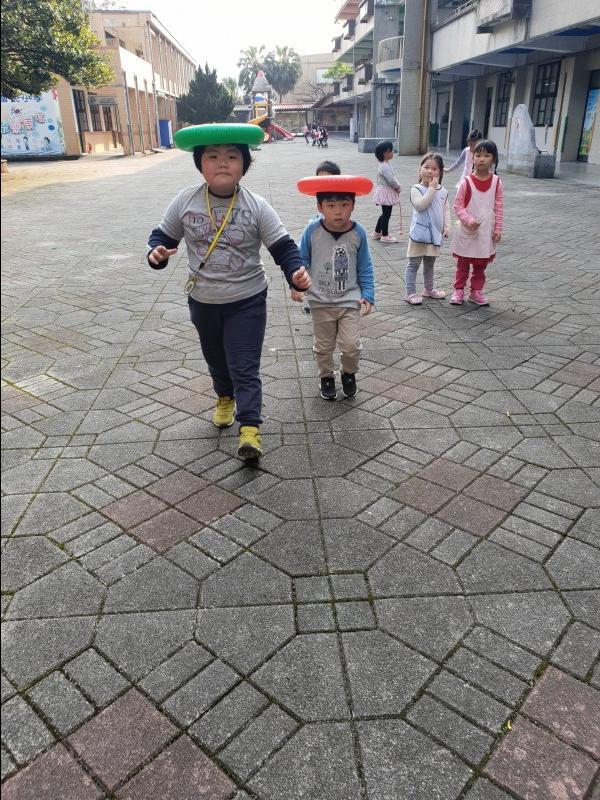 孩子們嘗試用頭頂著小飛盤~~